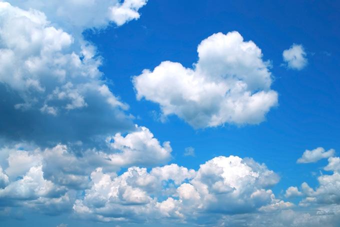 沢山の綿雲が浮かぶ快美な青空