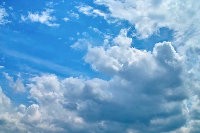 空の下を覆い被さる様に進む雲
