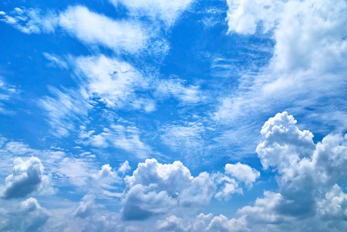 大きな雲が遥かに続く壮大な青空