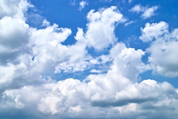 青空に繁茂する白い雲