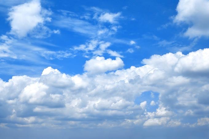 層積雲が二分する鮮やかな青空