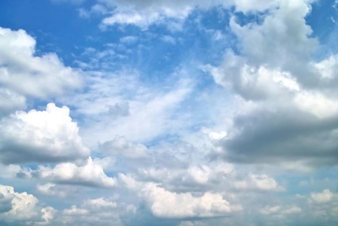 並積雲が群れ集う雄大な青空