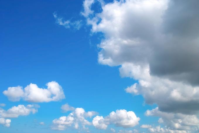 巨きな雲が浮かぶ澄み渡る青空