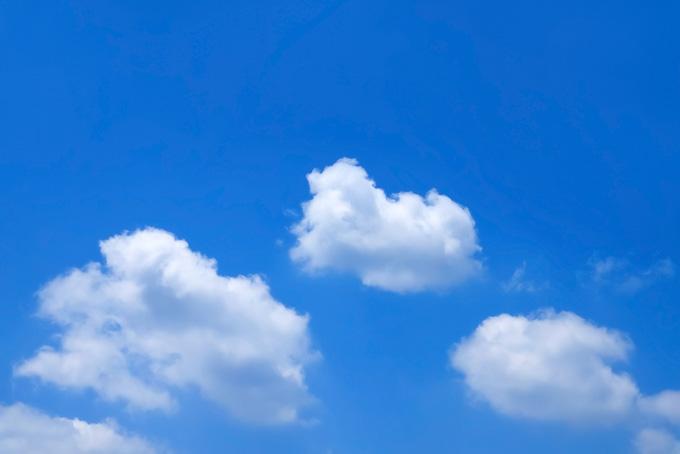青空にふわふわと流れる白小雲(青空 フリーの画像)
