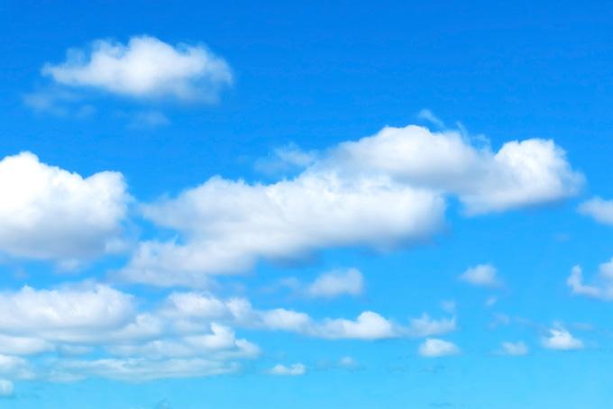 清明な青空に浮かび漂う雲(青空 フリーの画像)
