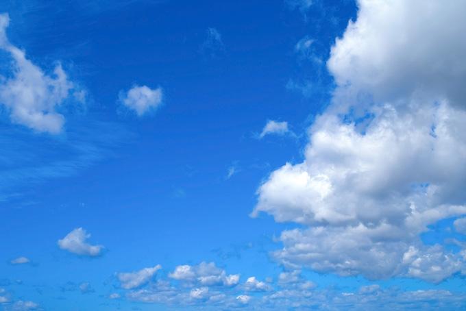 群雲と果てし無く広い青空(青空 フリーの画像)