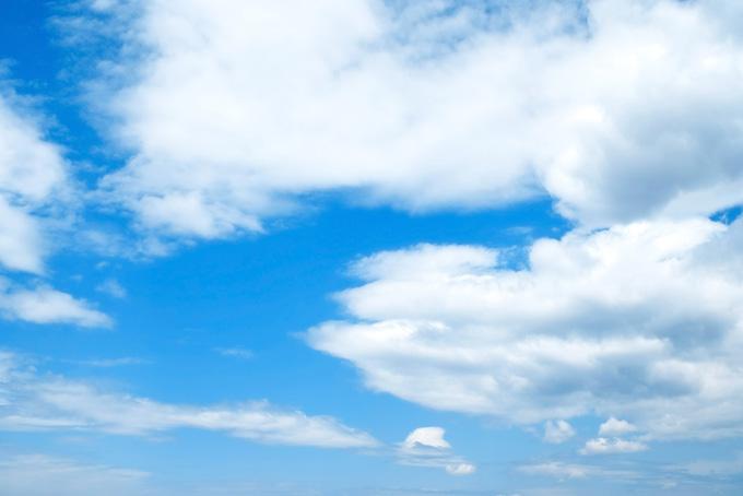 渺茫たる青空と堂々たる雲