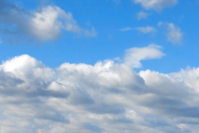 青空を分かつ厚い雲の壁