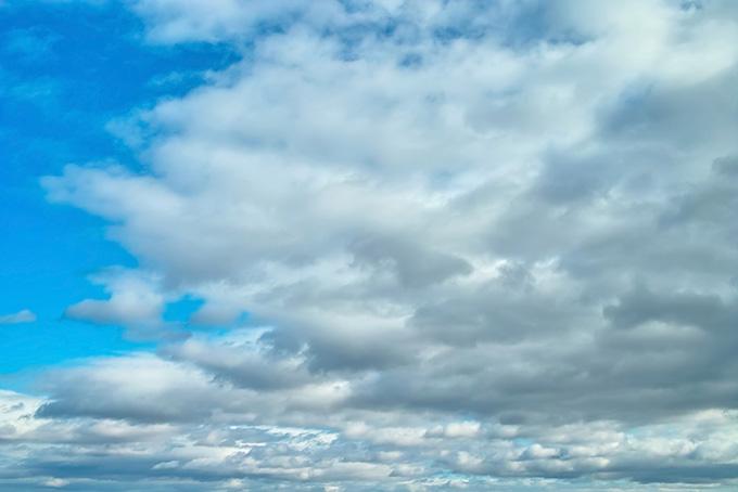 清澄な青空を覆い尽くそうとする雲