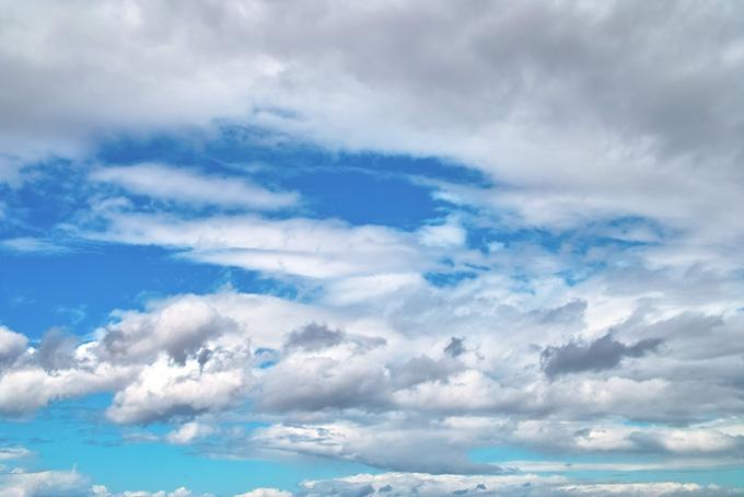 雲多き日のざわめく青空