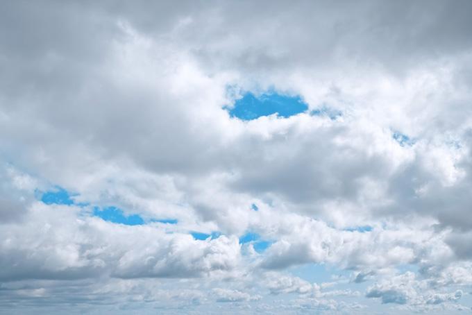 青空の彼方まで続く雲の群れ
