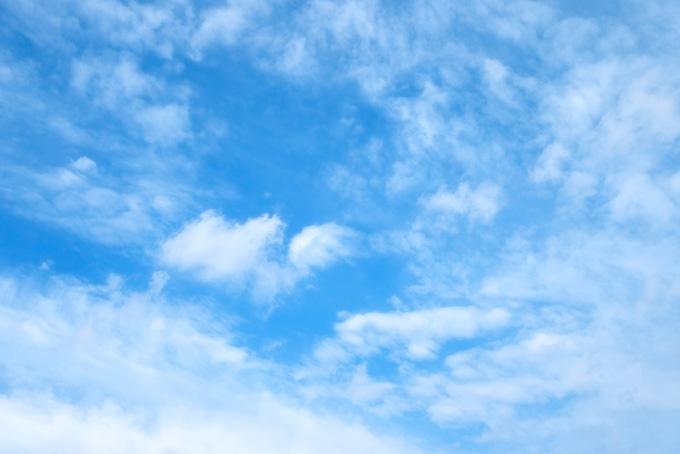 青空に立ち籠める薄い雲