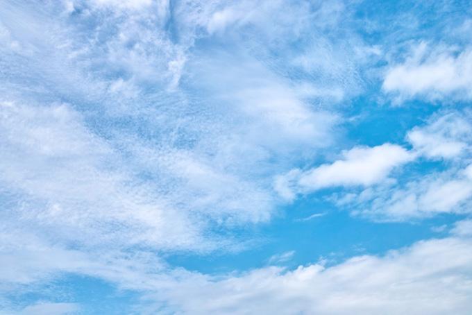 無数の雲片が覆う青空