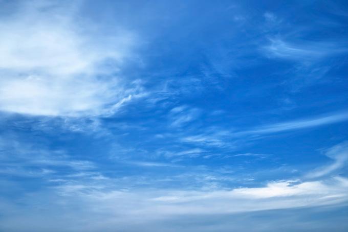 青空に白い筋を描く雲