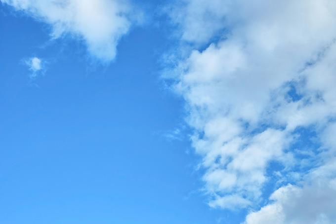青空に積み重なる断片雲