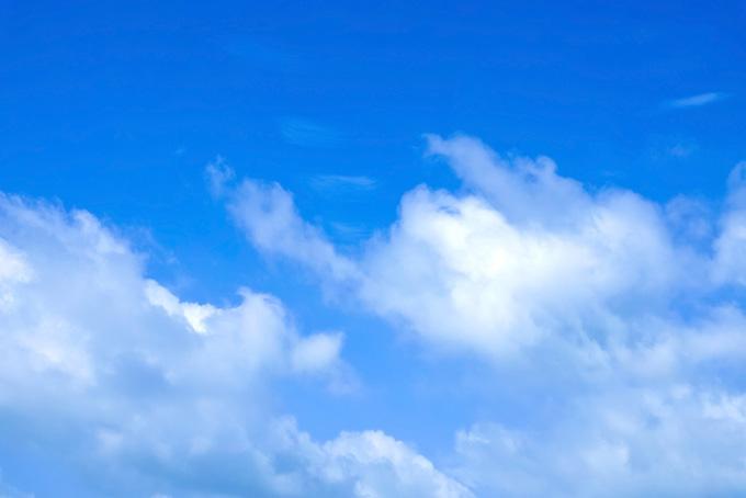 清爽な雲が湧き上る青空