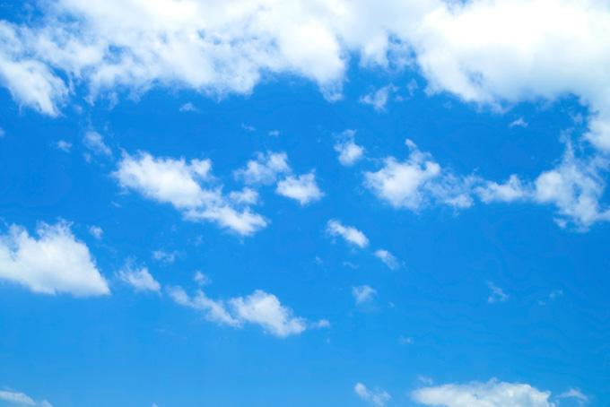 青空高く泳ぐ大小の雲