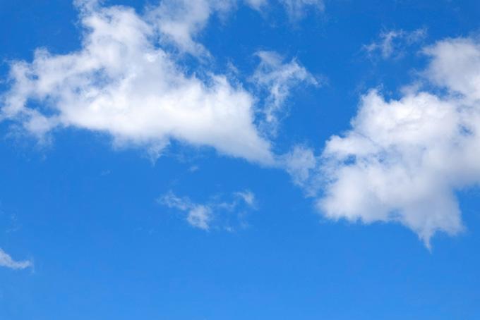 白い雲がバラける様に浮かぶ青空
