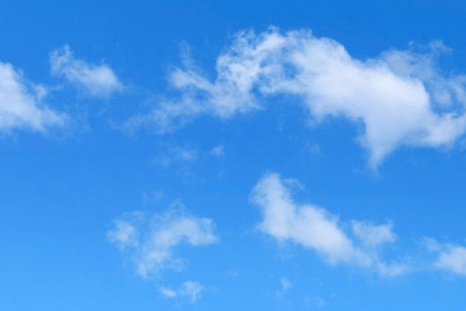 青空を彷徨うように漂う断片雲