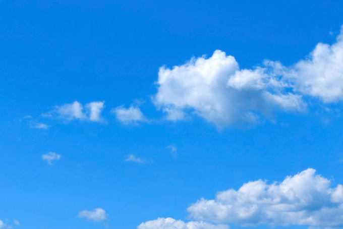 透き通る青空を直進する雲