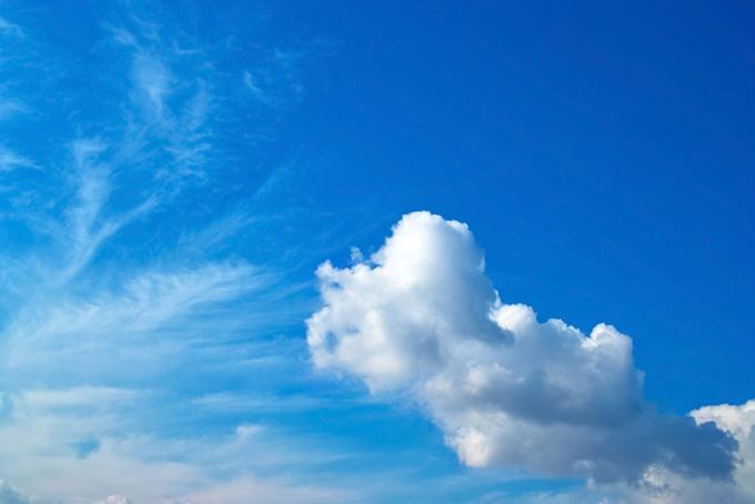 積雲と巻雲が重なる青空