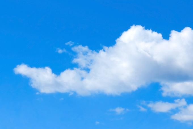 青空と横に伸びる白い雲