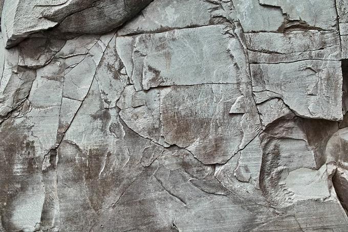 直線的な切れ目の岩の写真(石 テクスチャのフリー画像)