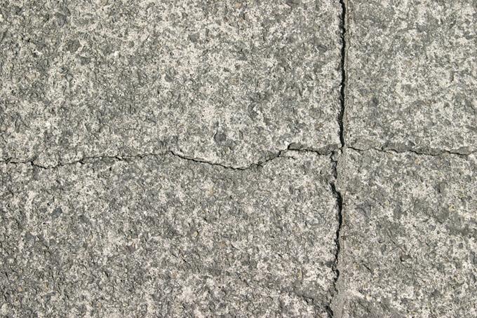 十字にひび割れた石の表面