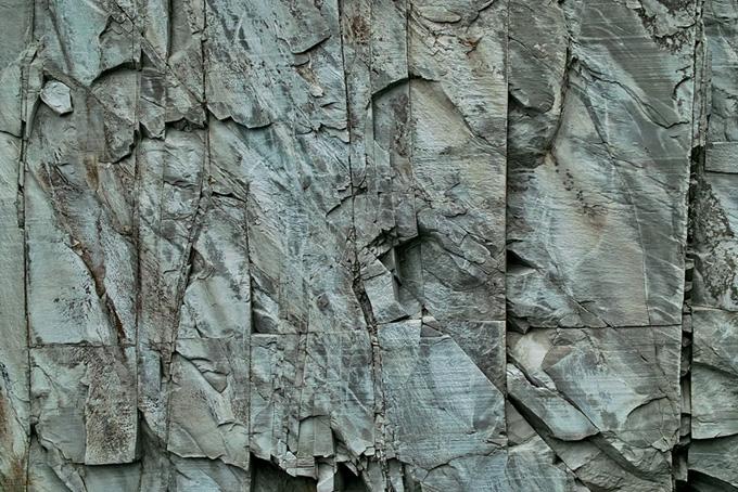 切り立った岩肌の画像