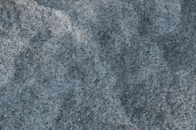 波打った花コウ岩の岩肌