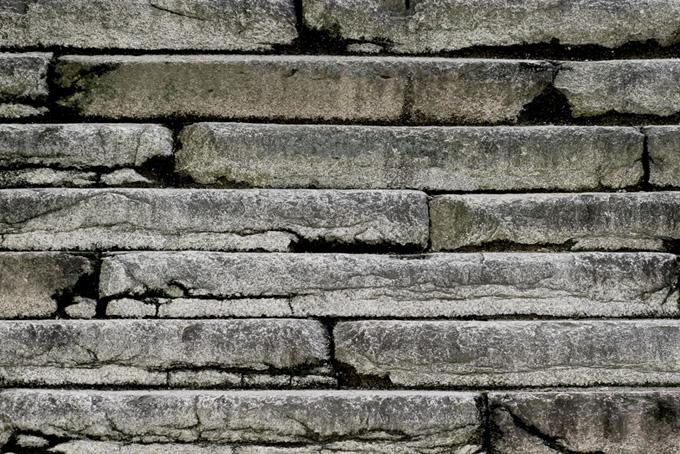 細長い石を積んだ石壁