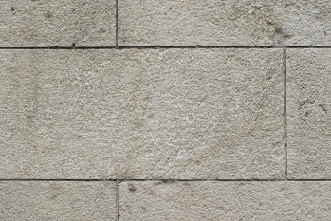 細い溝の汚れた白い石壁