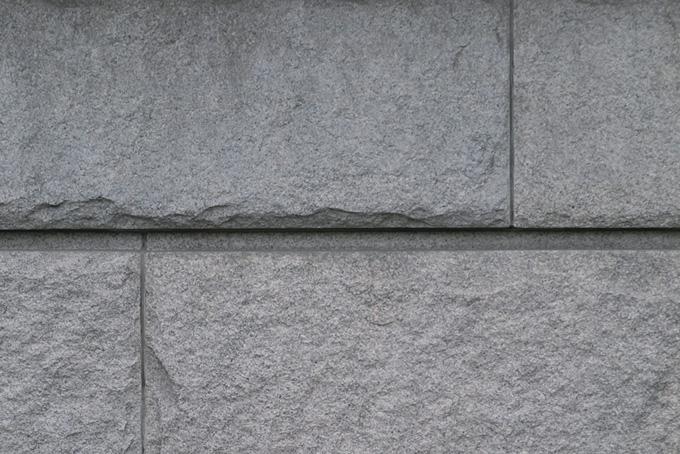 直線的な溝のある石壁
