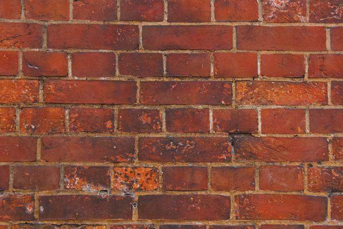 傷や汚れのある赤茶色の煉瓦