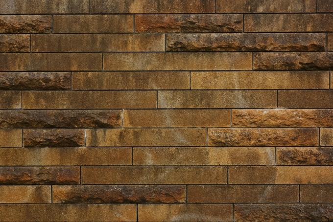 細長く茶色い石壁