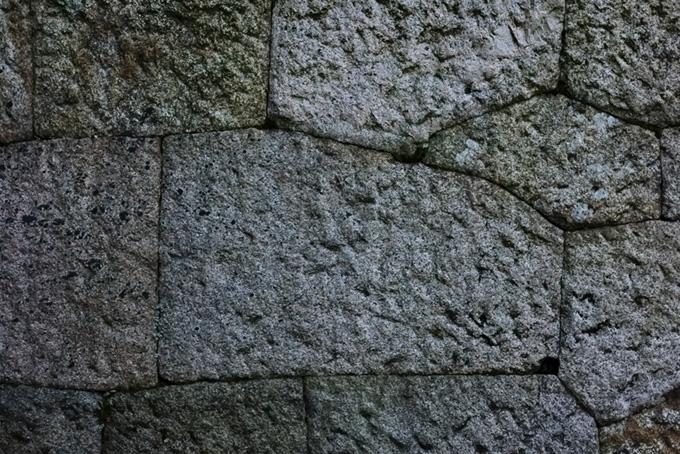 重厚な石壁のテクスチャー