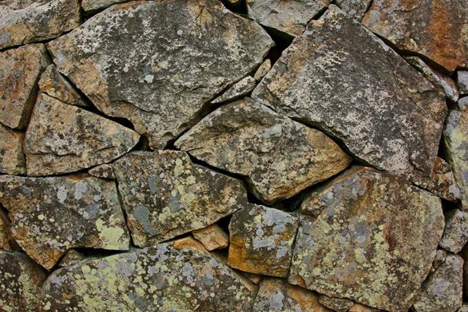 荒い石の表面の塀