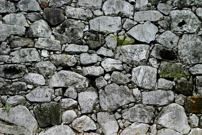 大小の石を無数に積み上げた堀