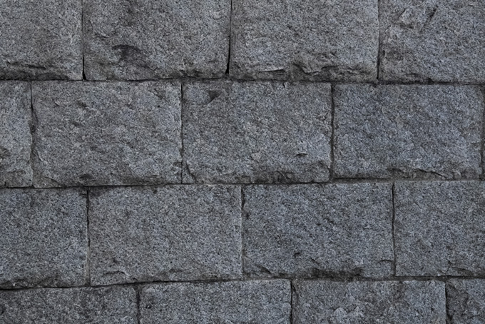 四角い石を隙間なく積んだ石壁