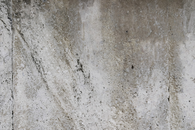 湿っぽいコンクリートの壁