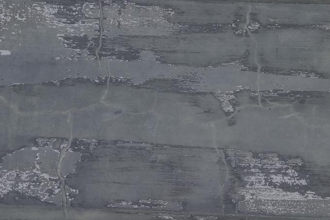 ひび割れと剥がれがあるグレーの壁