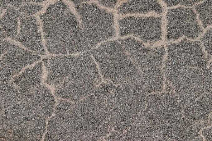 ヒビを補修した砂利の入った壁