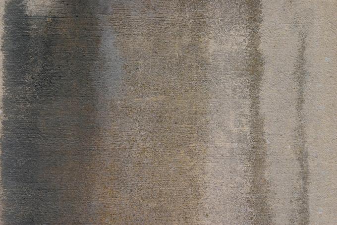 水で湿ったセメント素材の壁