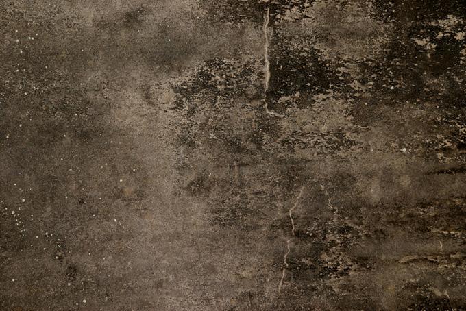 茶色く黒ずんだ古いコンクリート壁