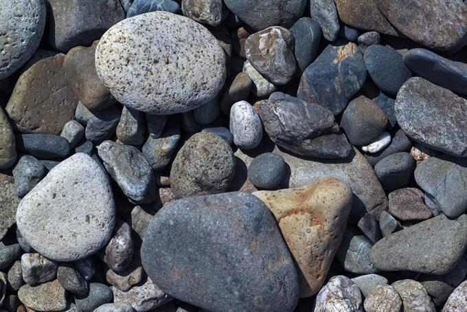 河原の大小の石(石のフリー画像)