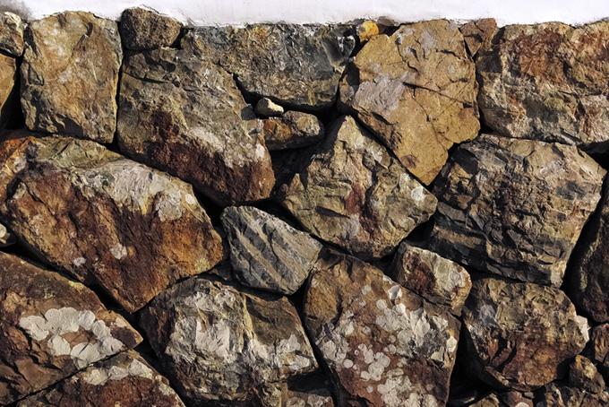 岩を積み重ねて作った壁(石のフリー画像)