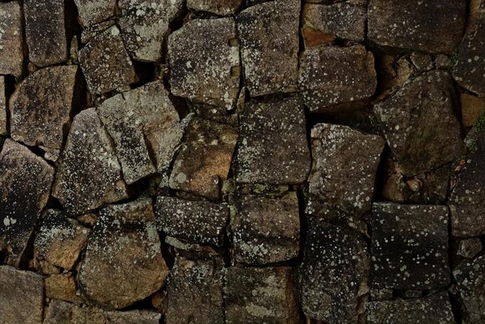四角い岩を重ねた石壁(石のフリー画像)
