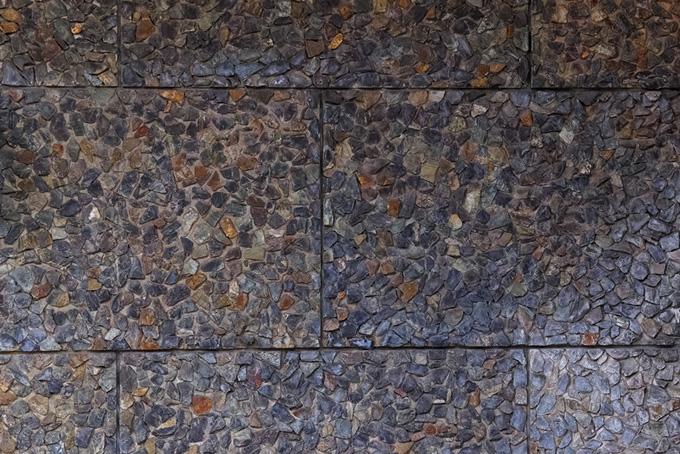 小さな石を無数に敷いた石畳(石のフリー画像)