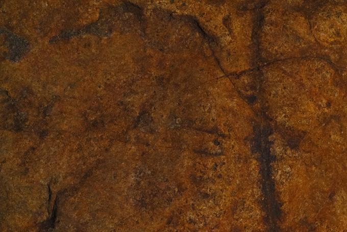 切れ目の入った茶色い岩(石のフリー画像)