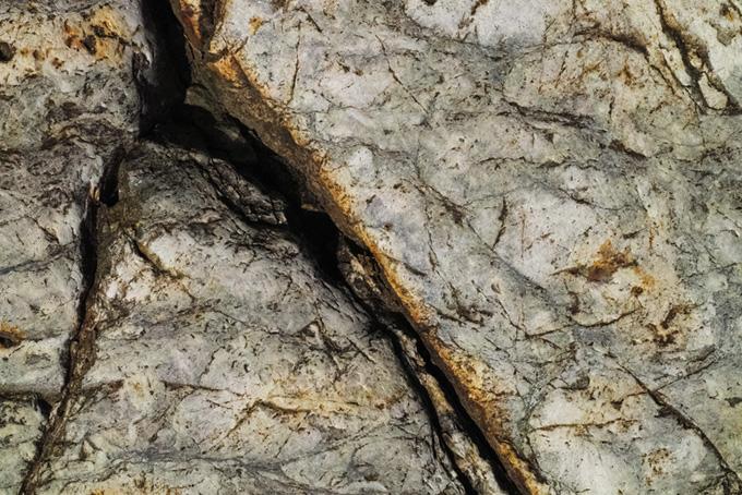 重なった岩の隙間のテクスチャ